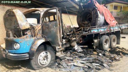 Carga do Caminhão que pegou fogo já foi retirada. Falta agora a retirada do veículo.